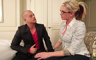 Wonderfully be made up of transsexual MILF seduces a guy into having making love with her